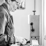 Atelier-Habsburg-Kuenstlerportrait, Frau bearbeitet Metal