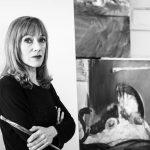 Atelier-Margreiter-Kuenstlerportrait, Malerin mit Pinsel vor Gemaelde
