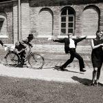 Beute-Theaterfoto, Im Hintergrund wird ein Dieb verfolgt, im Vordergrund steht ein Paar