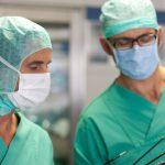Chirugen-Klinikfoto, zwei Chirugen mit Mund und Kopfschutz