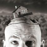 Die-Kurve-Theaterfoto, Mann mit Glatze hat Modelautos und Haus auf dem Kopf