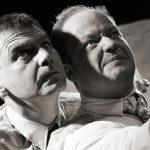 Einsamkeit-Theaterfoto, zwei Maenner schauen nach oben