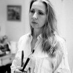 Ekaterina-Zacharova-Kuenstlerportrait, Frau mit langen blonden Haaren mit Pinsel
