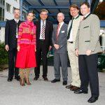 Gruppenaufnahme-Klinik-Prominenz,Minister Goppel, wichtige Leute stehen vor Klinikeingang