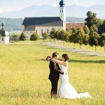 Hochzeitsfoto-10, Paar in der Wiese im Hintergrund Kirche und Berge
