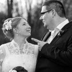 Hochzeitsfoto-11, Mann zeigt mit Finger auf Frau