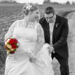 Hochzeitsfoto-12, Mann haelt Frau die Schleppe