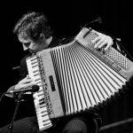 Musikerportrait, Akkordeonspieler leidenschaftlich spielend